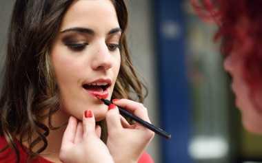 Lipstik Merah Bikin Gigi Terlihat Putih