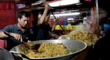 Di Indonesia,Ollie 'Arkarna' Ogah Makan Street Food