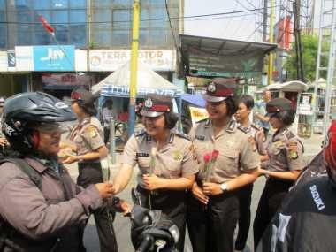 Hut ke 67, Polwan Kota Tangerang Bagikan Mawar
