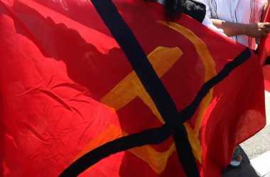 Cuekin Teguran, Bule Rusia Pengibar Bendera Komunis Diamankan