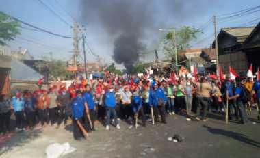 Tolak Eksekusi, Buruh Pabrik Lempari Polisi dengan Batu