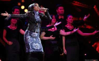 Kangen, Suami Kecup Desy 'X Factor' dari Jauh