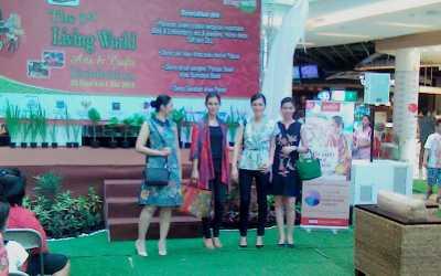 Model-Model Cantik Berlenggok Pamer Batik