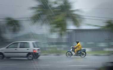 Hujan Disertai Angin Kencang Melanda Bogor