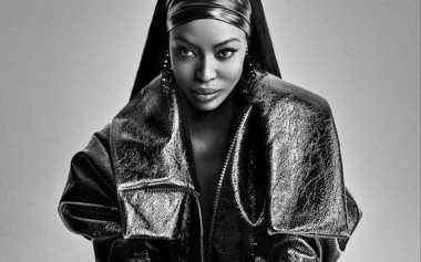 Buktikan Eksis, Naomi Campbell Pose Setengah Telanjang