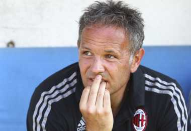 """Milan Wajib """"Memeluk"""" Mihajlovic"""