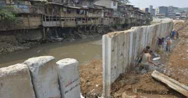 Ahok: Pemancangan Dinding Turap Solusi Tepat di Ciliwung