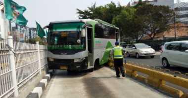 Transjakarta Tabrak Kopaja di Warung Buncit