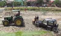 Pengemudi Ngantuk, Mobil Terperosok Masuk Sungai