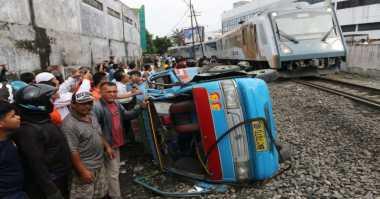 Pintu Perlintasan Tak Tertutup Penyebab Kereta Tabrak Angkot di Medan