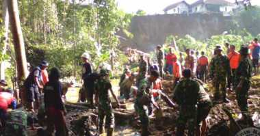 Ratusan Personel Cari Korban Longsor Tasikmalaya