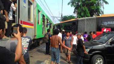 Ini Foto-Foto KRL Tabrak Transjakarta di Kedoya