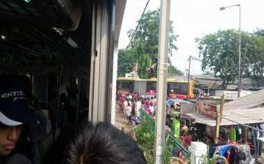 Warga Padati Lokasi Transjakarta Ditabrak KRL di Kedoya