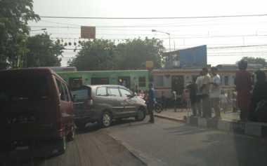 Transjakarta Ditabrak KRL di Kedoya, Lalu Lintas Padat