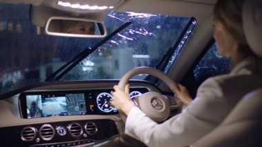 Tips bagi Pengguna Mobil Mercy jika Berkendara saat Hujan