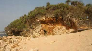Kisah Patahan Tebing di Pantai Yogyakarta