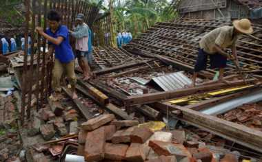 Puluhan Rumah di Sampang Ambruk Diterjang Puting Beliung