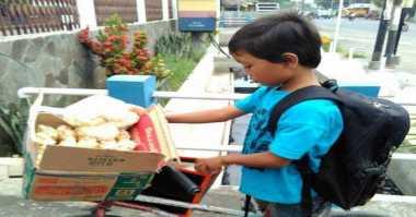 Tulang Punggung Keluarga, Bocah SD Penjual Makaroni Jadi Sorotan