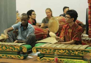 Alunan Gamelan di Kampus ITS