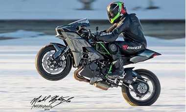 Aksi Mengangkat Roda Depan Motor Kawasaki H2 di Permukaan Es