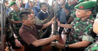 Suku Anak Dalam Serahkan Puluhan Senjata Api ke TNI