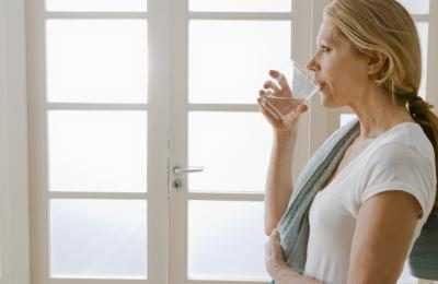5 Keajaiban Minum Air Garam Hangat