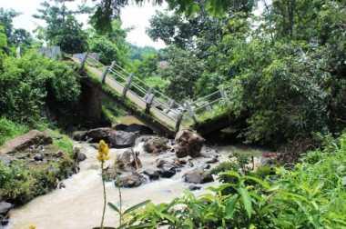 Diguyur Hujan Deras, Jembatan Cipinang Ambruk