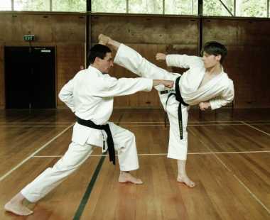Niat Tendang Apel, Guru Karate Hantam Kepala Muridnya