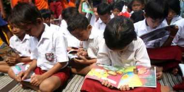 Sekolah Ini Belajar Mengajar di Kolong Rumah Warga