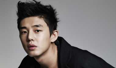 Yoo Ah In Beri Kado Imlek ke Kru Six Flying Dragons