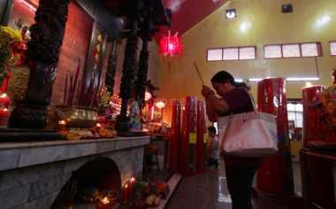 Diguyur Hujan, Pengunjung Wihara Ekayana Membubarkan Diri