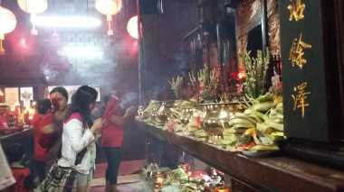 Rayakan Imlek, Keturunan Tionghoa di Bali Persembahkan Sesaji