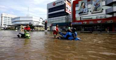 Angkot Mogok Akibat Banjir, Ratusan Penumpang Terlantar