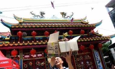 Imlek, Warga Tionghoa di Wihara Avalokitesvara Bagi-Bagi Angpau