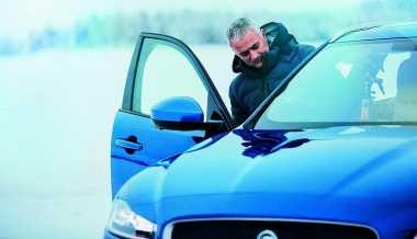 Jose Mourinho Cicipi Jaguar F-Pace S di Permukaan Es