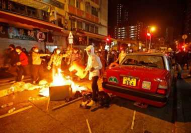 Masalah PKL, Demonstran dan Polisi Hong Kong Bentrok