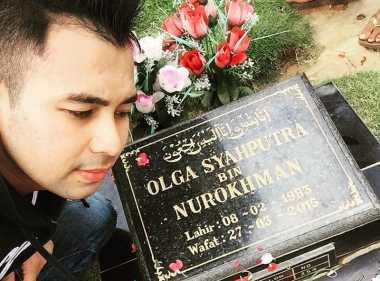 Sahabat Kunjungi Makam di Hari Ulang Tahun Olga
