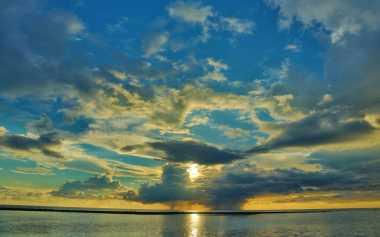Menikmati Pesona Sunset Indah di Pantai Jailolo