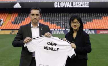 Neville Enggan Mundur dari Valencia
