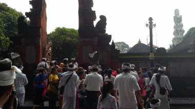 Rayakan Galungan, Warga Denpasar Padati Pura Agung Jagatnatha