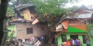 Tujuh Rumah Rusak Tertimpa Pohon, Tiga Orang Luka