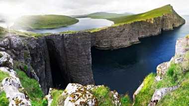 Fenomena Alam Terpancar dari Danau Ini