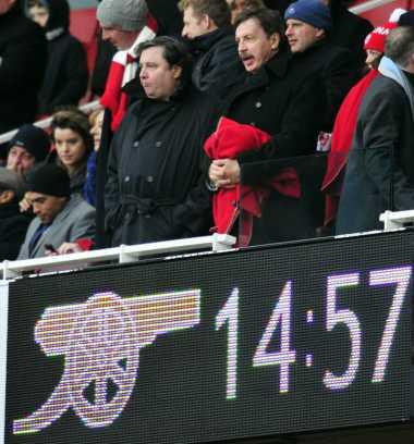 Fans Protes dengan Kelakuan Pemilik Arsenal