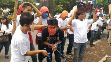 Demonstran Desak KPK Selidiki Dugaan Korupsi APBD Riau