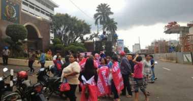 Ibu-Ibu Demo Kejagung, Diduga Massa Bayaran