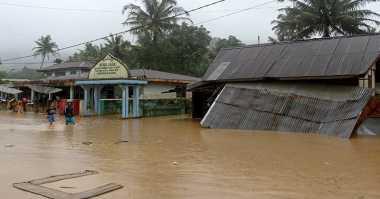 Korban Banjir Solok Sempat Rebutan Makanan