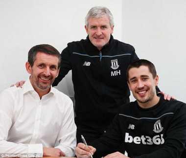 Bintang Stoke Perpanjang Kontrak, Hughes Semringah