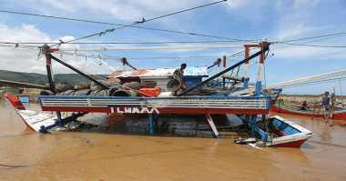 Sejumlah Perahu Nelayan Terseret Banjir di Rembang