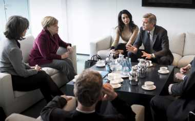 Bintang Batman & Robin Ngopi Bareng Merkel Bahas Pengungsi