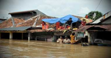 Rumahnya Banjir, Warga Mengungsi di Tenda Darurat